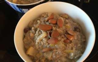 Porridge Hafer-Frühstück mit Birne
