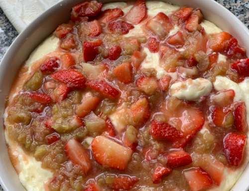 Topfen Mascarpone Kuchen mit Erdbeeren und Rhabarber